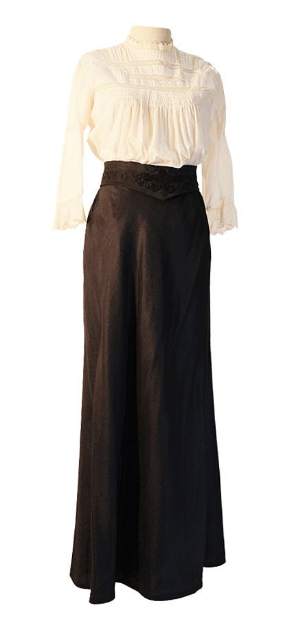 Jahrhundertwende Bluse mit Lochstickerei-Borte und Rock aus Wollstoff