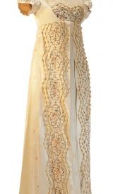 Empire Kleid um 1815 aus Seide mit Rüschenverzierung und Puffärmel