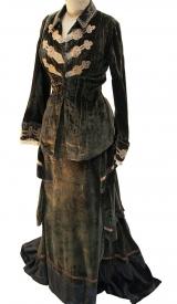 Kostüm aus Samt mit Posamentrie, um 1880-1890
