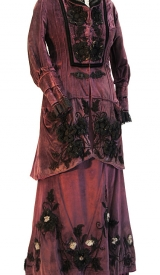 Kostüm aus Samt mit Keulenärmeln und Spitze, um 1890-1900